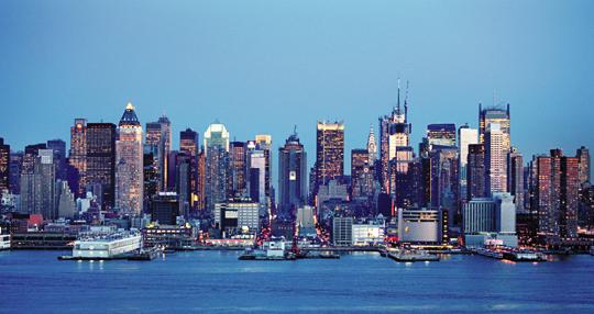 미국 뉴욕 맨해튼에 빼곡하게 들어선 고층 건물에 층층이 불이 켜져 있다.