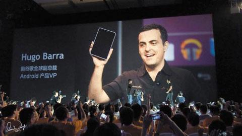 중국 3위의 스마트폰 업체 샤오미의 휴고 바라 부사장이 신제품을 선보이고 있다.