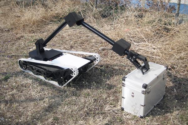 폭발물로 의심되는 상자를 정찰하는 스카봇