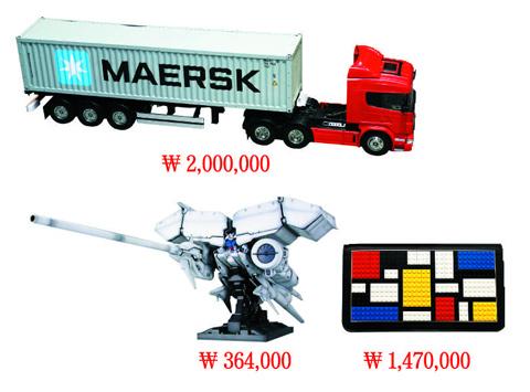 왼쪽부터 타미야 트레일러 플라모델(모터·변속기·무선조종기 포함), 건담 덴드로비움 모형, 마리아 솔레(MARIA SOLE)의 레고 디자인 클러치백 사진