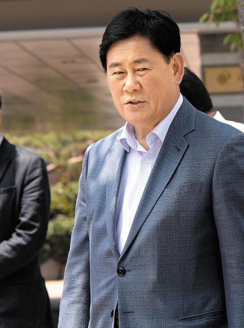최경환 경제부총리 겸 기획재정부 장관 후보자가 15일 오후 점심 식사를 하기 위해 서울 통의동 금융감독원 연수원 사무실을 나서고 있다. 최 후보자는 이곳에서 기획재정부 간부들과 함께 인사청문회 준비를 하고 있다.