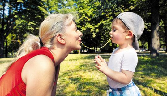 아이 눈높이로 몸을 낮춰 함께 놀고 있는 프랑스 엄마.