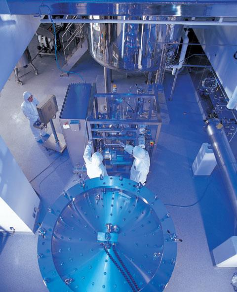 셀트리온 공장의 정제실에서 직원들이 단백질을 걸러내는 작업을 하고 있다