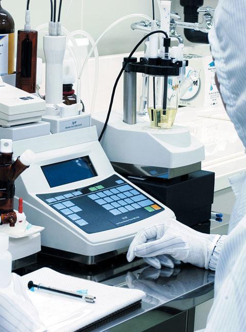 켐트로닉스 직원이 경기도 평택 화학공장에서 화학재료 시험공정 작업을 하고 있다.