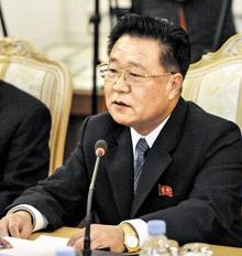 북한 김정은 노동당 제1비서의 특사로 러시아를 방문한 최룡해 당 비서가 20일(현지 시각) 모스크바의 외무부 영빈관에서 세르게이 라브로프 러시아 외무장관과 회담하면서 번쩍이는 금시계를 차고 있다.