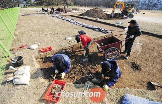 신라 왕궁이 있던 월성을 발굴하는 모습. 신라 멸망 이후 폐허로 남아 있는 이곳에는 각종 유물과 유적이 많이 남아 있을 것으로 추정되고 있다./ 김종호 기자