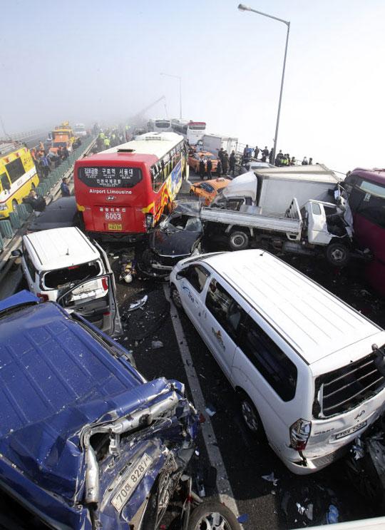 11일 오전 9시 40분 인천 영종대교 상행선에서 안개로 인한 106중 추돌 사고가 발생한 가운데 사고 차량들이 뒤엉켜 있는 모습.