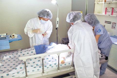 분당차병원 김민영 교수가 일본에서 온 뇌성마비 환자에게 제대혈 줄기세포로 주사하고 있다. 차병원은 지난해 10월 일본차병원을 설립하고 줄기세포 제대혈 보관 치료의 한류를 이어가고 있다.