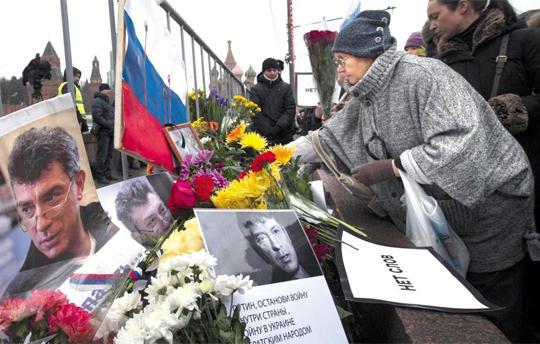 피살된 러시아 야권 지도자 보리스 넴초프 전 부총리를 추모하기 위해 모스크바 중앙광장으로 모여든 시민들이 1일 그의 사진 앞에 헌화하고 있다.