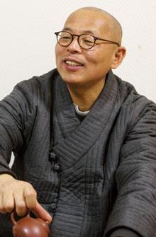 """법인 스님은""""불교는 지혜와 나눔의 두 날개로 날아야 하는데 그동안 깨달음에만 매달려온 것 같다""""고 했다."""