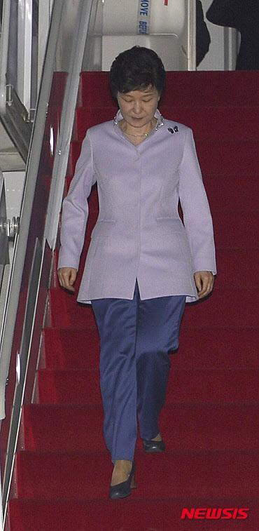 중남미 4개국 순방을 마친 박근혜 대통령이 27일 오전 성남 서울공항으로 도착하고 있다. /뉴시스