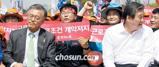 김무성(오른쪽) 새누리당 대표와 문재인(왼쪽) 새정치민주연합 대표가 1일 서울 여의도 문화마당에서 한국노총 주최로 열린 전국노동자대회에 참석하고 있다. 두 대표는 이 자리에서 공무원연금 개혁안에 대해서도 이야기를 나눈 것으로 알려졌다.