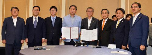 김무성 새누리당 대표(왼쪽에서 넷째)와 문재인 새정치민주연합 대표가 2일 국회에서 열린 공무원연금-국민연금개혁 관련 양당 회동에 참석해 합의문을 들어보이고 있다. /뉴시스