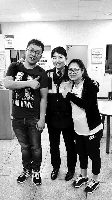 서울 홍익지구대에서 허정민(28) 순경과 천러러(30)씨, 멍신(28)씨 부부가 포즈를 취하고 있다. 허 순경은 스마트폰 번역 어플리케이션을 이용해 천씨 부부가 가방을 찾는데 큰 도움을 줬다.