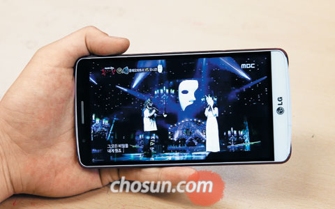모바일IPTV 서비스를 통해 MBC의 가요 프로그램'복면가왕'을 시청하는 모습.