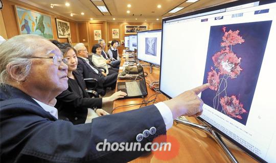 '2015 아시아프'의 'Hidden Artists 100' 심사위원들이 컴퓨터 모니터를 통해 응모작을 살펴보고 있다.