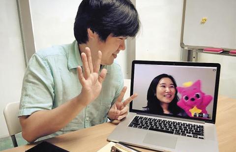 스마트스터디 김민석(왼쪽) 대표가 재택근무 중인 직원과 노트북 카메라로 화상 회의를 하고 있다.