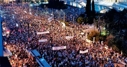 """""""채권단 구제금융안 반대"""" 시위 - 29일 그리스 아테네 거리에서 국제 채권단의 구제금융안에 반대하는 수천 명의 시위 군중이 '아니요(반대)'라는 뜻의 그리스어 'OXI'가 쓰인 플래카드를 들고 행진하고 있다. 그리스는 오는 5일 국제 채권단의 협상안을 받아들일지에 대한 국민투표를 앞두고 있다. /Getty Images 멀티비츠"""