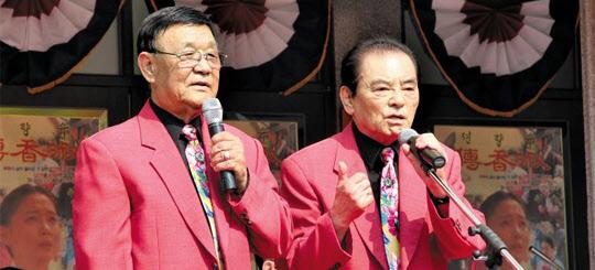 남철(오른쪽)·남성남(왼쪽) 콤비가 지난해 6월 전남 순천에서 열린 '복고클럽'에서 공연하고 있다. /한국콘텐츠진흥원 제공