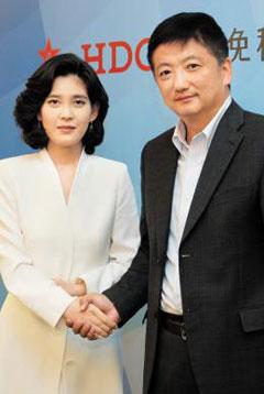 이부진 사장이 지난 6월 말 중국 최대 여행사 CTS의 쉐샤오강 총재를 만나 악수하고 있다.