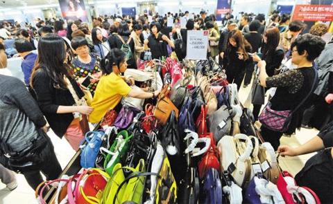 6일 '코리아 블랙프라이데이' 행사가 열리고 있는 서울 중구 롯데백화점 본점에서 소비자들이 핸드백을 고르고 있다. 롯데백화점은 14일까지 예정된 이번 행사를 18일까지 연장하고, 월요일에도 문을 닫지 않기로 했다.