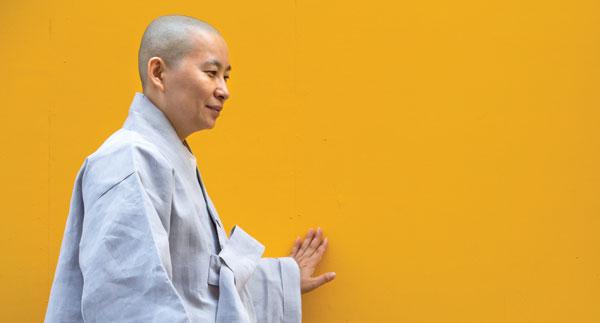 """원영 스님은""""좋았던 과거를 돌아볼 수 있는 지금이 더 좋은 순간""""이라고 말했다."""