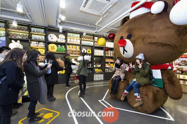 지난 5일 오후 서울 신사동 가로수길에 있는 '라인프렌즈' 매장 앞에서 고객들이 대형 '브라운' 인형과 사진을 찍고 있다.