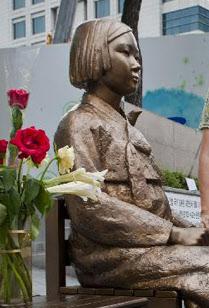 주한 일본대사관 앞에 설치된 위안부 소녀상./조선DB