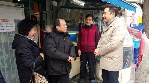 강용석 전 의원이 26일 서울 용산구에서 유권자들과 대화하고 있다./ 강 전 의원 블로그