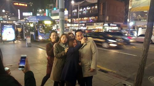 강용석 전 의원이 26일 오후 서울 이태원에서 시민들과 사진을 찍고 있다./ 강 전 의원 블로그