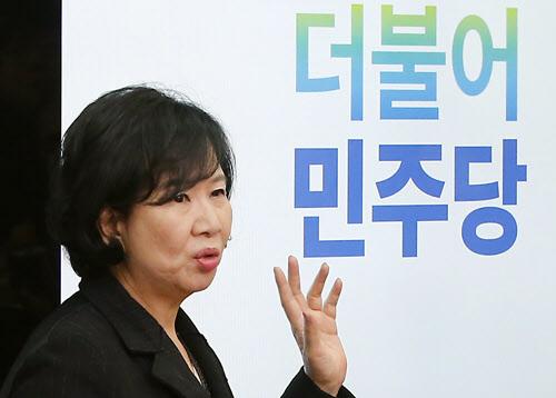 새정치민주연합 손혜원 홍보위원장이 28일 국회에서 새 당명 '더불어민주당'의 의미를 설명하고 있다./ 연합뉴스
