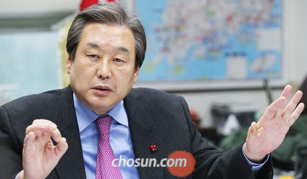 김무성 새누리당 대표가 지난달 30일 서울 여의도 의원회관 사무실에서 본지와 인터뷰를 하고 있다.