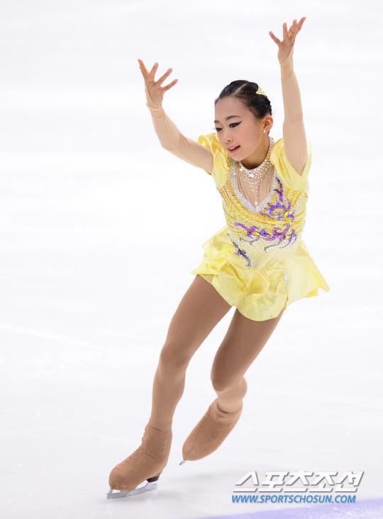 KB금융 코리아 피겨스케이팅 챔피언십 2016(제 70회 전국남녀 피겨스케이팅 종합선수권 대회)이 8일 오후 서울 목동아이스링크에서 열렸다.    여자 주니어 쇼트프로그램에서 청계초등학교 전수빈이 연기를 펼치고 있다.    이번 대회는 오는 3월 28일부터 4월 3일까지 미국에서 열리는 2016 세계선수권대회와 3월 14일부터 20일까지 헝가리에서 열리는 세계주니어선수권대회 파견 선수 선발전을 겸한다. 또한 이번 대회 성적과 지난해 12월 열린 피겨 회장배 랭킹 대회의 성적을 합산해 다음 시즌 피겨 국가대표 선수도 확정짓는다.     이번 대회에는 박소연(신목고3), 김진서(갑천고3) 등 한국을 대표하는 피겨 선수들을 비롯해 여자싱글 83명, 남자싱글 11명, 아이스댄스 3팀, 페어스케이팅 2팀 등 총 104명의 선수가 참가 신청을 했다.     김경민 기자 kyungmin@sportschosun.com / 2016.01.08.