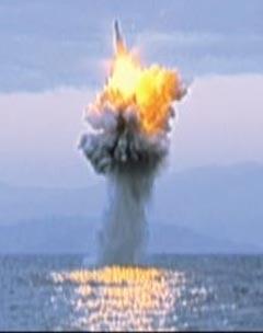 """북한 조선중앙 TV가 작년 5월 잠수함발사탄도미사일(SLBM) 수중 사출 시험 때보다 비행거리가 늘어난 것으로 보이는 12월 SLBM 사출 시험 영상을 8일 공개했다. 하지만 국내 전문가들은 """"합성·조작 가능성이 크다""""고 했다."""