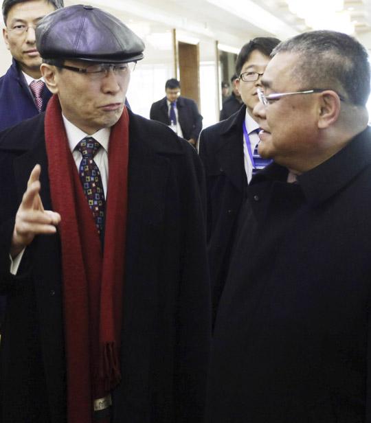 북핵 6자회담 중국 측 수석대표인 우다웨이(왼쪽) 외교부 한반도사무특별대표가 2일 평양공항에 마중 나온 박성일 북한 외무성 미주국 부국장과 대화하고 있다.