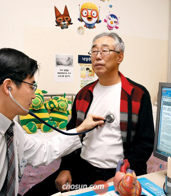 선천성 심장병 수술을 받은 74세 남상언씨가 서울대 어린이병원 진료실에서 주치의인 김기범 소아청소년과 교수에게 진찰을 받고 있다.