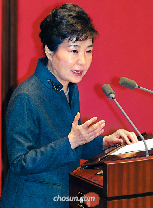 박근혜 대통령이 16일 국회 본회의장에서 특별 연설을 통해 개성공단 전면 중단 등 대북 제재의 배경과 불가피성을 설명하고 있다.