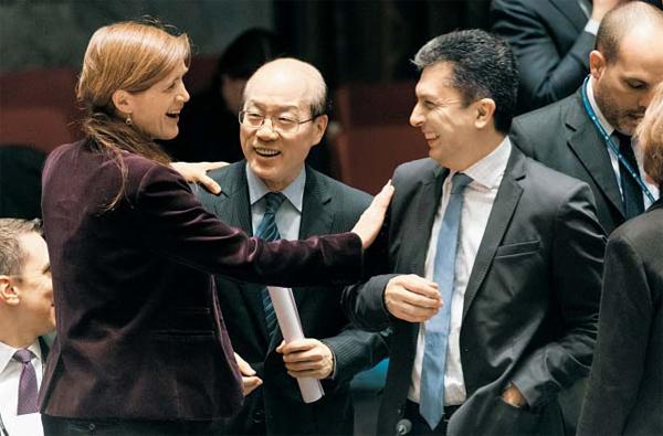 對北제재 결의안 통과 직후… 활짝 웃는 유엔 美·中 대사 - 2일(현지 시각) 유엔 안전보장이사회는 역사상 가장 강력한 대북 제재 결의안을 만장일치로 채택했다. 결의안이 통과되고 난 뒤 서맨사 파워(왼쪽에 서있는 여성) 유엔 주재 미국 대사가 류제이(가운데) 유엔 주재 중국 대사, 모브시스 아벨리안(오른쪽) 유엔 정무국장과 함께 활짝 웃고 있다.