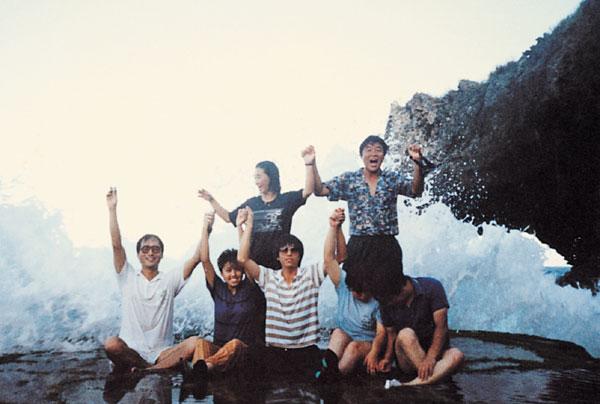 1989년 사이판 현지 공장 근로자들과 함께 야유회를 갔을 때 모습.