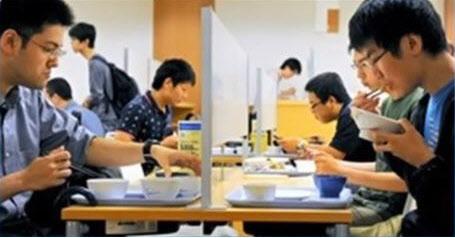일본 대학생들이 구내식당 외톨이 석에서 홀로 식사하는 모습./24chTV 방송화면 캡쳐
