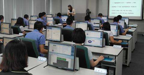 한 소년원의 원생들이 삼성SDS의 후원으로 IT 활용 실력을 겨루는 경진 대회를 열고 있다.