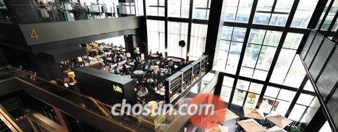 지난 25일 서울 광화문 D타워 내 식당가에 사람들이 꽉 차 있다.