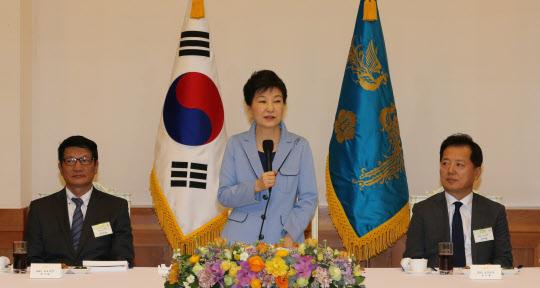 박근혜 대통령이 26일 김영란법 등 여러 정치 현안에 대해 얘기했다. /연합뉴스