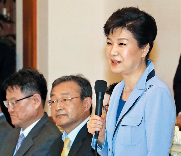 """박근혜 대통령이 26일 중앙 언론사 편집·보도국장들을 3년 만에 청와대로 초청해 간담회를 열었다. 하늘색 재킷을 입은 박 대통령은 이 자리에서""""이번 선거에 나타난 민의를 잘 반영해서 민생을 살리는 데 더 집중하겠다""""고 했다."""