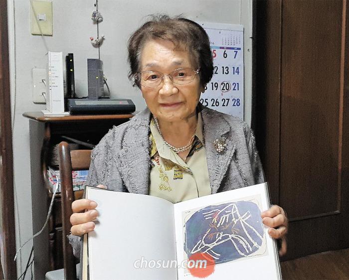"""""""천국에서 이렇게 다시 만나요."""" 야마모토 여사가 도록을 펼쳐 가장 좋아하는 이중섭의 작품 '부부'를 보여주고 있다. 이중섭이 부부의 재회를 꿈꾸며 입 맞추는 암탉과 수탉을 그려 편지에 동봉한 그림이다. 그녀는 이중섭이 가족에 대한 그리움 담아 200여통의 편지를 보냈던 도쿄 세타가야에 그대로 살고 있다."""