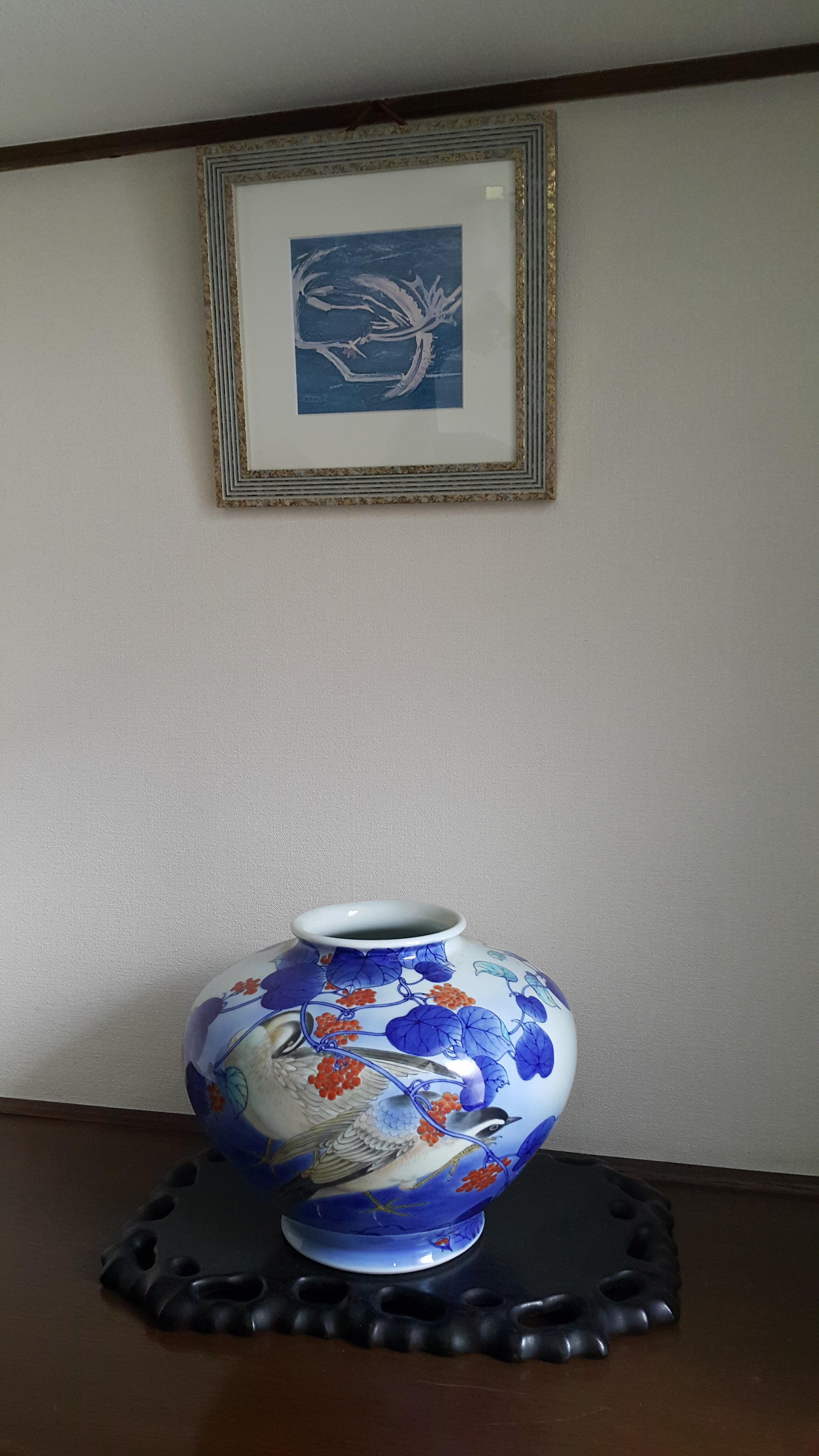 야마모토 여사의 집 현관 벽에 걸린 이중섭 그림 '부부'의 판화. 아내와의 재회를 그리며 입맞춤 하는 수탉과 암탉을 그린 그림이다./김미리 기자