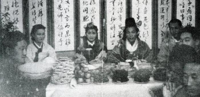 1945년 야마모토 여사가 목숨 걸고 도쿄에서 원산으로 가서 올린 결혼식 사진. 전통 혼례 방식을 따랐다.