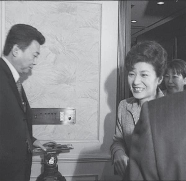 2002년 4월 26일 열린 한국미래연합 창당 발기인대회에서 당 대표였던 박근혜 대통령이 참석자들과 인사하고 있다. 옆에 서 있는 인물이 당시 비서실장으로 일했던 정윤회씨다.