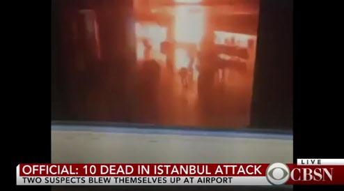 28일 밤 터키 이스탄불 아타튀르크 국제공항 자살폭탄 테러 장면이 CCTV에 포착됐다./CBS 뉴스 캡처