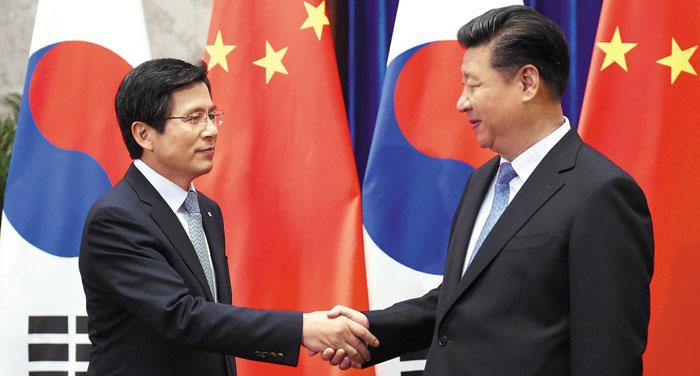 29일 중국 베이징 인민대회당에서 황교안(왼쪽) 국무총리가 시진핑 중국 국가주석과 만나 악수를 하고 있다.
